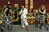 Jester gjøgler med jentene. Foto fra videoen.