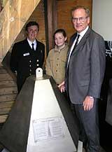 Havnedirektøren, Elise og varaordføreren var fornøyd med kapselens tilstand. Foto: NRK