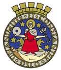 """Oslo bys våpen er bygget over et gammelt segl. I dette tilfellet det gotiske Osloseglet, slik man først kjenner det fra 1344. St. Hallvard sitter på en trone og omkring byvåpenet finner vi inskripsjonen """"Unanimiter et constanter Oslo"""" (""""Enig og fast"""")."""