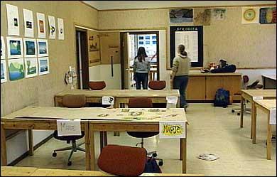 Klasserom i heimeyrkesskulen. (Foto: Arild Nybø, NRK 2003)