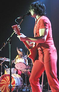White Stripes forsvinner likevel ikke fra MTV Europe. Her på Rockefeller onsdag 14. mai 2003. Foto: Knut Folkestad.