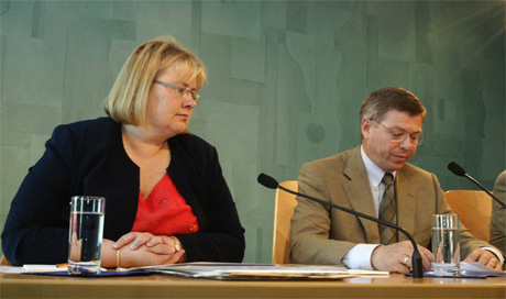 Erna Solberg og Kjell Magne Bondevik på pressekonferansen i føremiddag. (Foto: Cornelius Poppe, Scanpix)