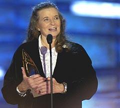 June Carter Cash, kona til Johnny Cash gjennom 35 år. Her mottar hun Johnny Cash Tribute Award 7. april i år, 15. mai døde hun. Foto: Rusty Russell / Getty Images.