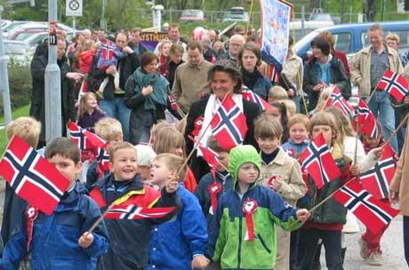 Stemningsrapporter både fra Fredrikstad, Mo i Rana, Stavanger og Oslo i NRK P1s maratonsending 17. mai.(Foto: Tor Helge Haugland/NRK)