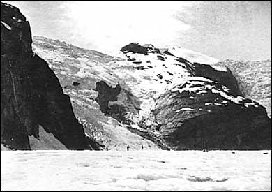 William Cecil Slingsby og Mikkel Mundal på Austerdalsbreen. Dei to kan skimtast midt i biletet, og får æra for å ha