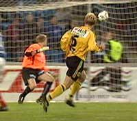 Pål Strand setter inn 1-1 bak et passiv Øyvind Bolthof (Foto: NRK)
