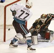 Adam Oates setter inn ett av sine to mål (Foto: Getty Images)