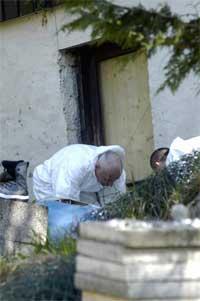 Krimteknikere på drapsåstedet på Laksevåg 16. mai i fjor. (Arkivfoto: Scanpix)