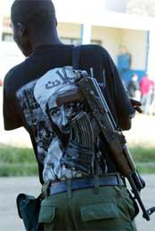 Opprørssoldat med bin Laden-skjorte i Bunia (Reeuters/Antony Njuguna)