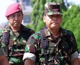 Landets militærsjef, general Endriartono Sutarto, sier til avisen Jakarta Post at utenlandske hjelpearbeidere eller militære i Aceh kan bli angrepet av opprørerne.(Foto: Tarmizy Harva / Reuters / Scanpix)