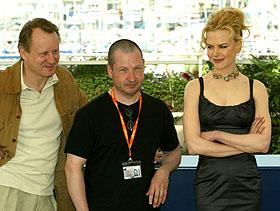 """""""Dogville"""" er en av filmene i Cannes det er høyest forventninger til. Stellan Skarsgård, Lars von Trier og Nicole Kidman poserte mer eller mindre villig i dag. Foto: John Schults/REUTERS"""