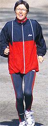 Tidligere verdensmester og maratonløper Ingrid Kristiansen, skal veilede i stavgang-teknikk før mosjonistene slipper til i Svinesundløpet.