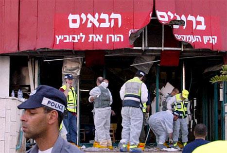 Det var ved inngangen til dette kjøpesenteret i Afula at en palestinsk kvinne sprengte selv i lufta i ettermiddag. (Foto: Gil Cohen Magen, Reuters)