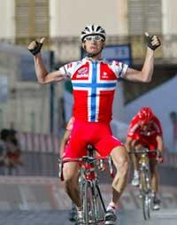 Kurt Asle Arvesen jubler i det han vinner den 10. etappen i Italia Rundt iført drakten Cykleforbundet vil kopiere . (Foto: Stefano Rellandini/reuters)