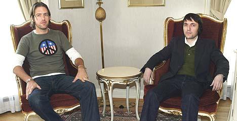 - Ta bilde av meg sammen med Ed. Han er den kjekke i bandet, ber Colin Greenwood (til høyre). Foto: Erik Johansen / SCANPIX.