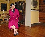 Dronning Margrethes malerier trakk mange turister til Blaafarveverket i år. Her fra åpningen av utstillingen.