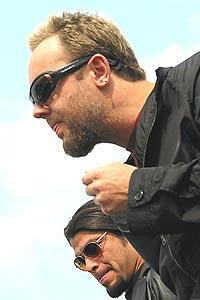 """To av medlemmene i Metallica, trommis Lars Ulrich og Rob Trujillo (bakerst) er i Norge for å promotere """"St Anger"""", som kommer ut fem år etter forrige studioskive. Foto: Gitte Johannessen / NTB PLUSS."""
