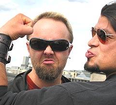 - Ser jeg farlig ut nå? Lars Ulrich gjør sitt beste, men medgir at det er vanskelig for en dansk gutt fra middelklassen som vokste opp med å spille tennis. Rob Trujillo er ny Metallica-bassist. Foto: Gitte Johannessen / NTB PLUSS.