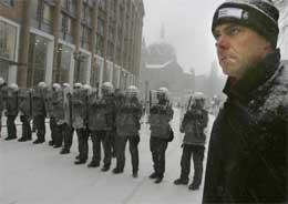 Generalsekretær Petter Eide i Amnesty International Norge var blant dem som demonstrerte mot brudd på menneskerettighetene i Tsjetsjenia under Vladimir Putins norgesbesøk i fjor (Foto: Knut Fjeldstad / SCANPIX )