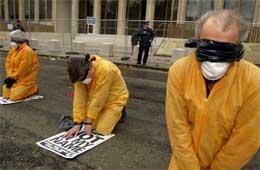 USAs behandling av fanger på Guantanamo-basen på Cuba etter krigen mot Afghanistan er blitt sterkt kritisert. Her protesterer briter (Foto Sion Touhig/Getty Images)