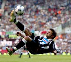 Alessandro Del Piero prøver seg med et straffespark. (Foto: Dylan Martinez/Reuters)