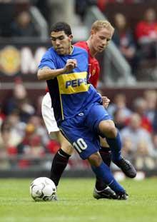 Ingen jobber så hardt som Carlos Tevez, her i aksjon mot Manchester United i fjor. (Foto: Alex Livesey/Getty Images)