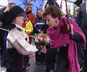 Dronning Sonja fikk blomster av Tobias Torjusen (6 år). Foto: Alrik Velsvik