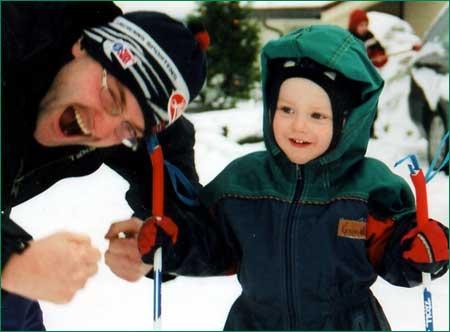 Skiglede er eit stikkord for Anders Felde. Her er han fotografert saman med sonen då denne hadde sin første skitur. (Privat foto.)