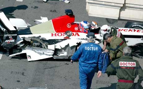 Jenson Button venter på hjelp etter sitt stygge uhell under treningskjøring foran Monacos Grand Prix.