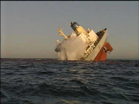 Det er til sammen samlet opp 36 tonn olje etter at det kinesiske skipet sank i går. (EBU-foto)