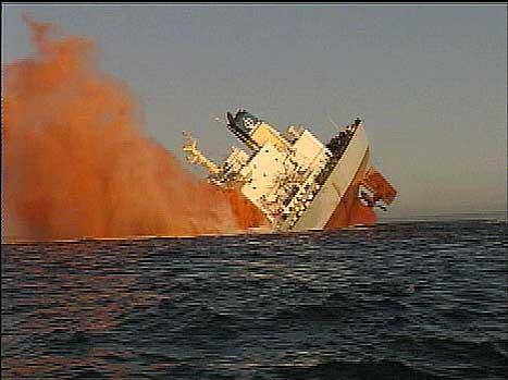 """Kunstgjødsellasten om bord på """"Fu Shan Hai"""" førte til eksplosjoner da skipet sank. (EBU-foto)"""