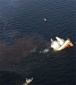 """To danske og et svensk miljøskip samlet søndag opp 36 tonn olje som hadde lekket ut fra det forliste lasteskipet """"Fu Shan Hai"""". (Foto: Peter Nordquist/Starling Air/Scanpix)"""