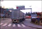 Bommen som skal settes opp på Svinesund kan bli stående lenger på grunn av færre handlende nordmenn.