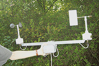 Den runde måler vindstyrken og den som ligner på en værhane måler vindretningen. Foto: NRK