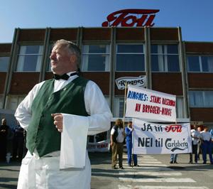 DEMONSTRERTE: Ragnar Opsal fra Toupilsens Venner var blant demonstrantene som protesterte høylytt mot Ringnes-ledelsens nedleggelsesplaner utenfor Tou bryggeri i Stavanger onsdag morgen. (Foto: Alf Ove Hansen / SCANPIX)