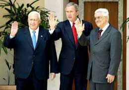 Ariel Sharon (t.v.), George W. Bush og Mahmoud Abbas (Foto: Jason Reed/Reuters).