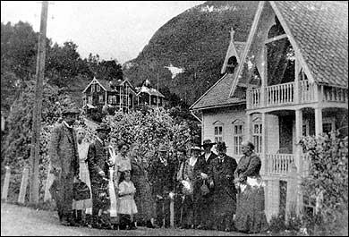 Gjester klar til avreise frå Hofslund hotel. (Foto © Fylkesarkivet)