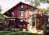 I Krusesgate 9 ligger den ene sveitsevillaen Sture Larre vil ha som kulturhus. Foto NRK