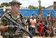 Kongolesiske barn er glade for at franske styrker er kommet til Bunia. (Foto:Antony Njuguna/Reuters)