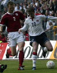 Ole Gunnar Solskjær i kamp med Morten Wieghorst. Foto: Scanpix.