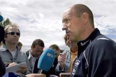 Landslagets trener Nils Johan Semb hadde mye å svare på under landslagets trening mandag. (Foto: Knut Fjeldstad/Scanpix)