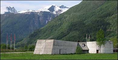 Bremuséet er teikna av Sverre Fehn. (Foto: Arild Nybø, NRK © 2003)