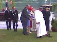 Biskop Odd Bondevik fortalte kongeparet om det nye togkapellet