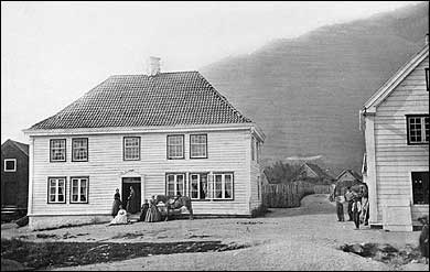 Fossetunet i Sogndalsfjøra i 1870 før staden vart ombygd til Danielsens hotell. (Foto © Fylkesarkivet)