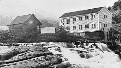 Industrianlegget på Foss kring 1880. (Foto © Fylkesarkivet)