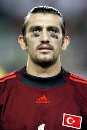 Rüstü Recber foran kvartfinalen mot Senegal i VM i 2002. (Foto: Laurence Griffiths/Getty Images)