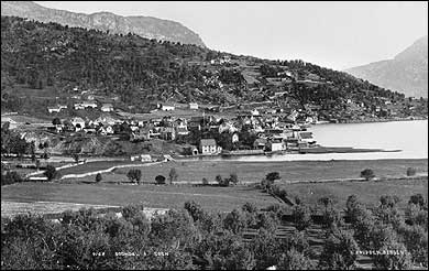 Sogndalsfjøra på 1880-talet med deler av den store frukthagen i framgrunnen. (Foto © Fylkesarkivet)