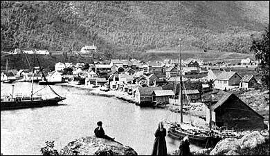 Sogndalsfjøra kring 1900. På bakketoppen i bakgrunnen ligg Stedje kyrkje. (Foto © Fylkesarkivet)