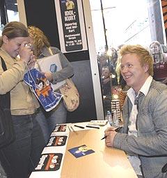Idolvinner Kurt Nilsen kom tirsdag tilbake til Bergen der flere hundre ungjenter sto i kø for å få signaturen hans. Foto: Marit Hommedal / SCANPIX.