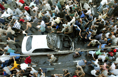 Store folkemengder strøymde til åstaden for eksplosjonen. (Foto: Suhaib Salem, Reuters)